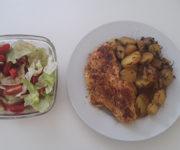 Bratkartoffeln mit Hähnchen und Salat
