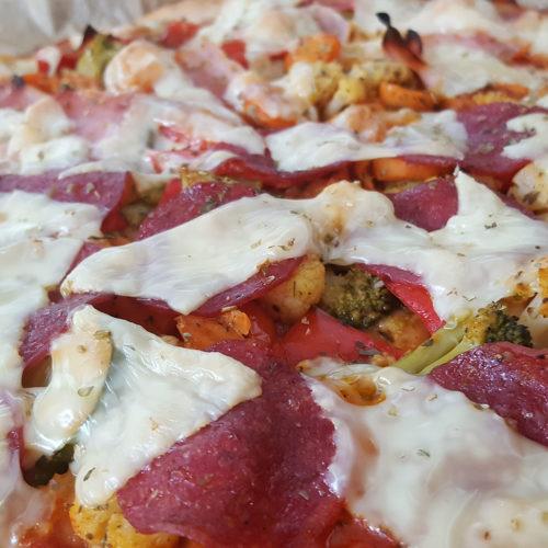 Dinkelpizza mit Salami auf Kochen-verstehen.de