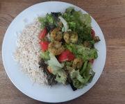 Garnelen mit Reis und Salat