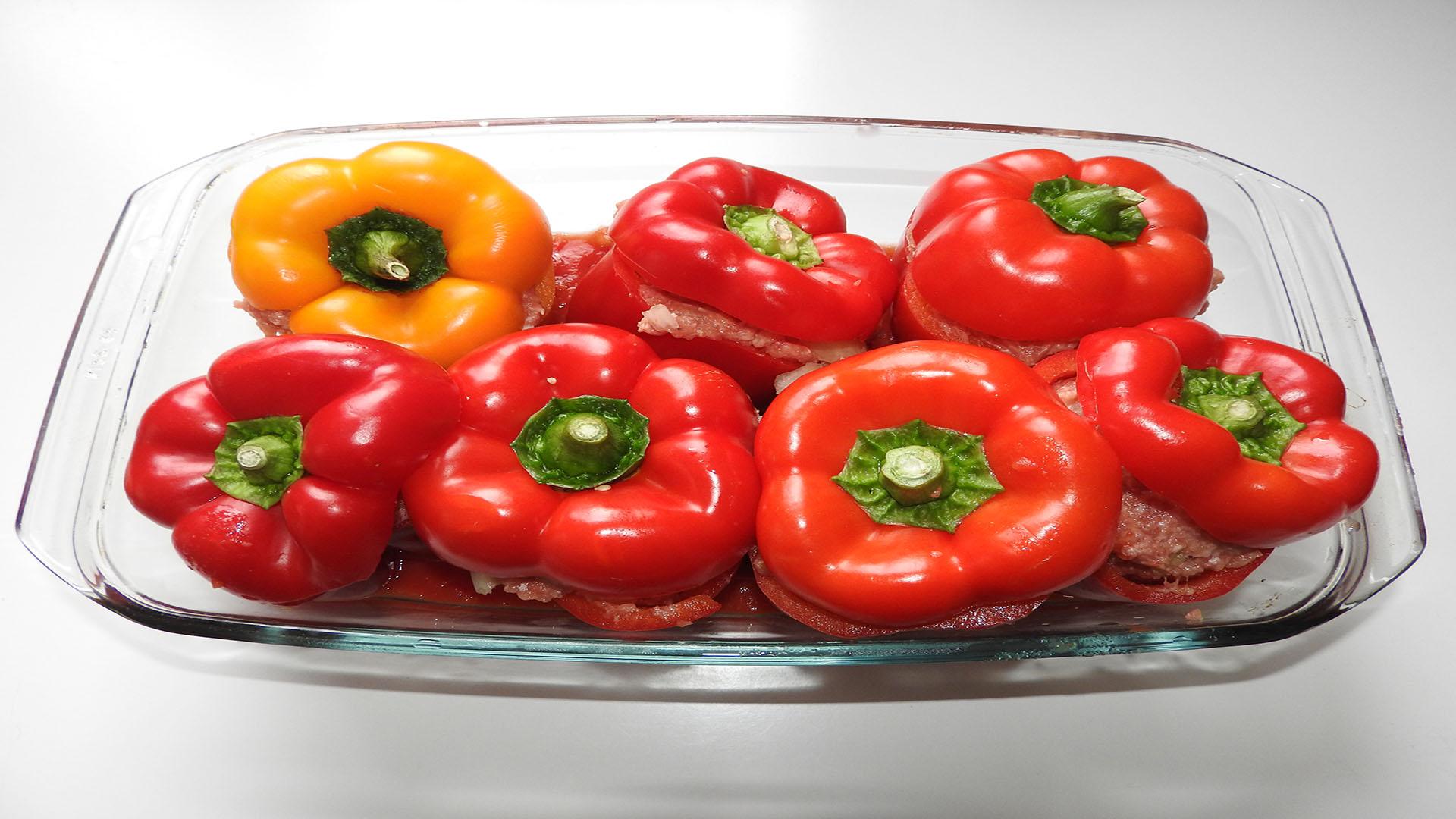 gefüllte paprika mit hackfleisch im backofen