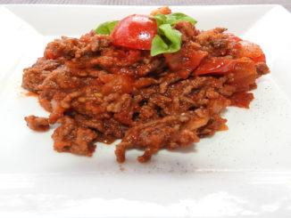 Hackfleischsauce mit Zwiebeln und Basilikumblätter auf Kochen-verstehen.de