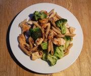 Hähnchen mit Brokkoli und Nudeln