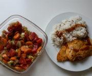 Hähnchen mit Reis und Gemüsesalat