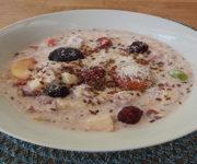 Joghurt mit Früchten und Proteinpulver