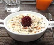 Joghurt mit Müsli und Honig