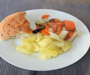 Kartoffeln mit Fladenbrot und Gemüse