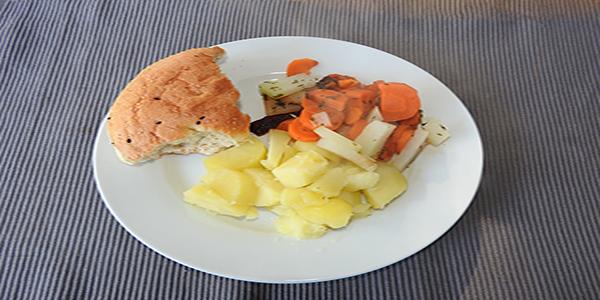 Kartoffeln mit Gemüse und Fladenbrot