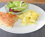 Kartoffeln mit Salat und Fladenbrot