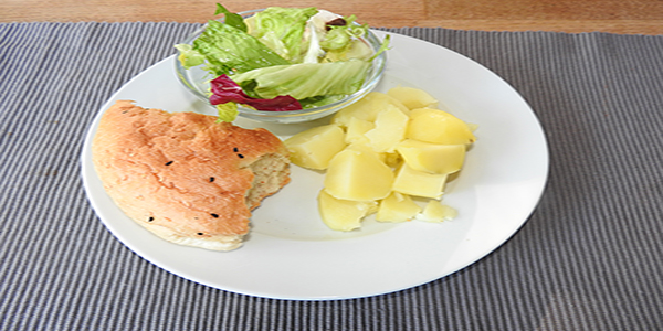 Kartoffeln mit Fladenbrot und Salat