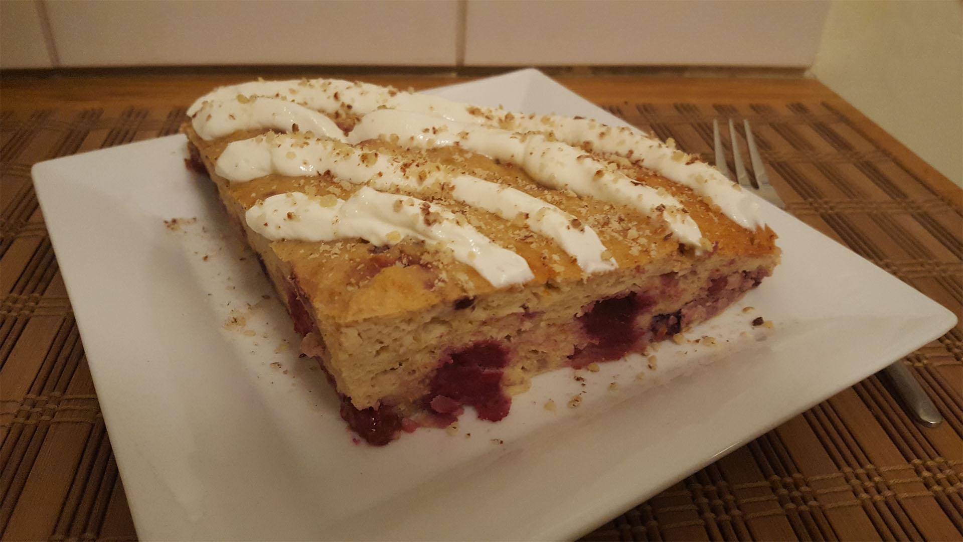 Kuchen mit Früchten und Magerquarktopping