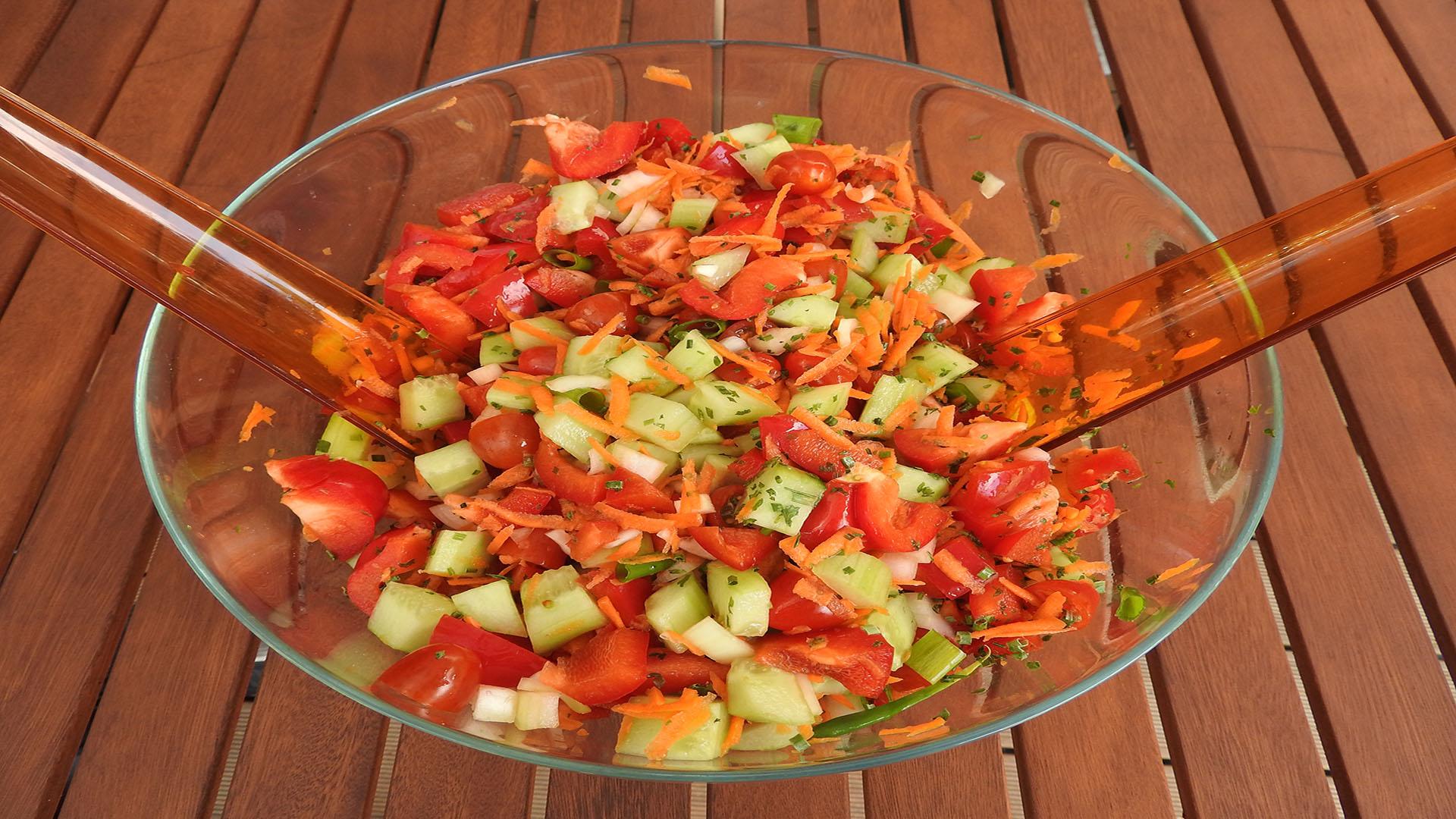 Kunterbunter Gemüsesalat auf Kochen-verstehen.de