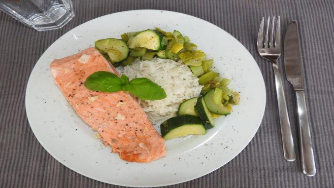 Lachsfilet mit Zucchini und Reis auf Kochen-verstehen.de