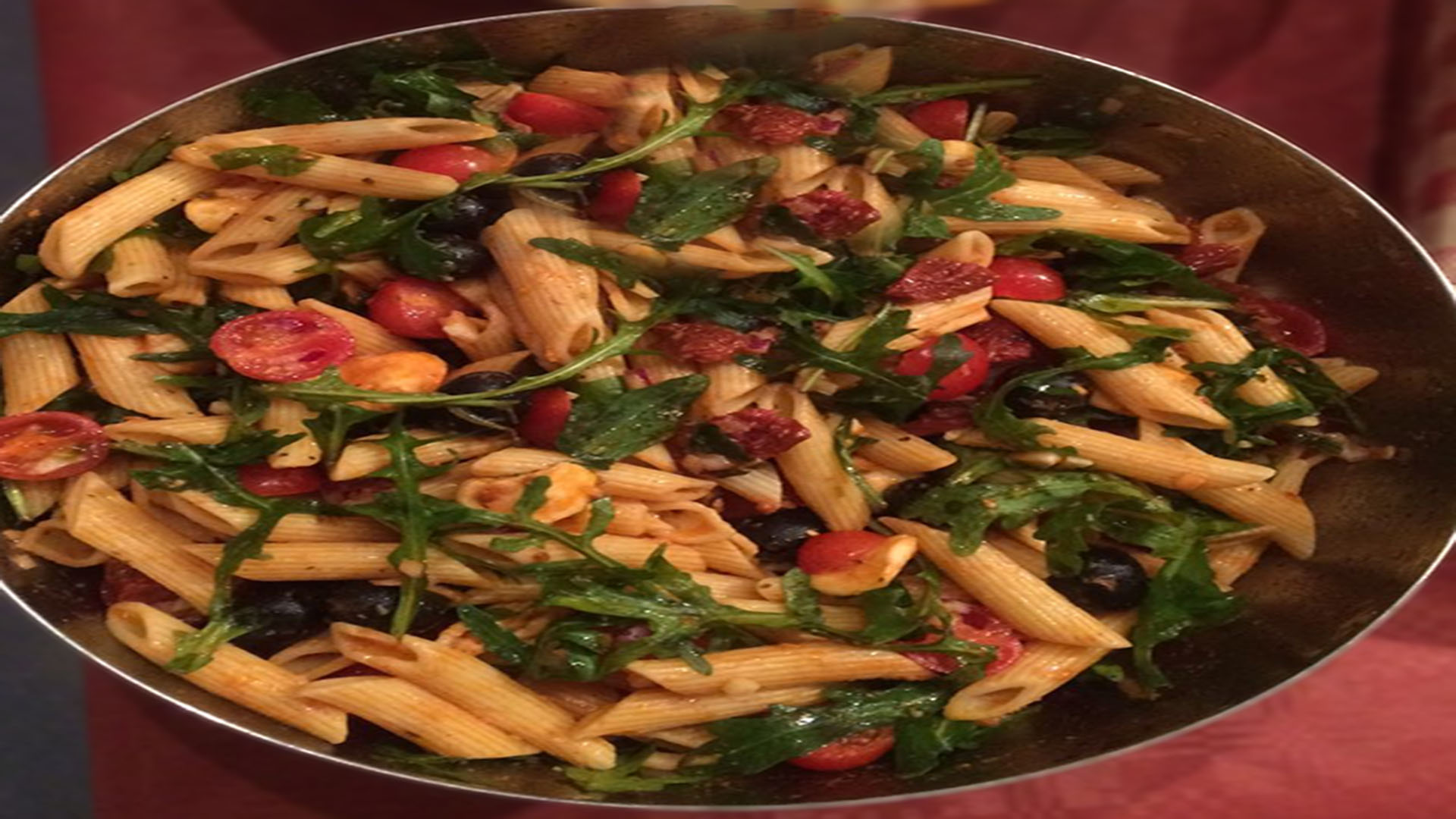 Nudelsalat mit Rucola und Oliven