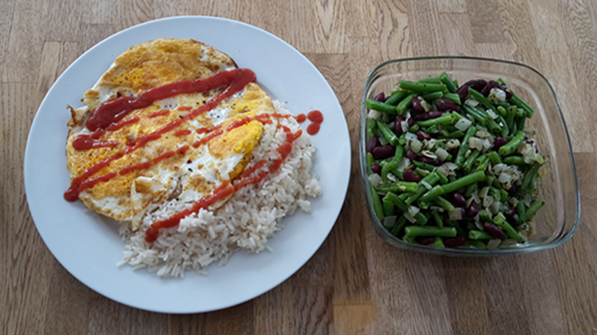 Omelett mit Reis und Bohnensalat
