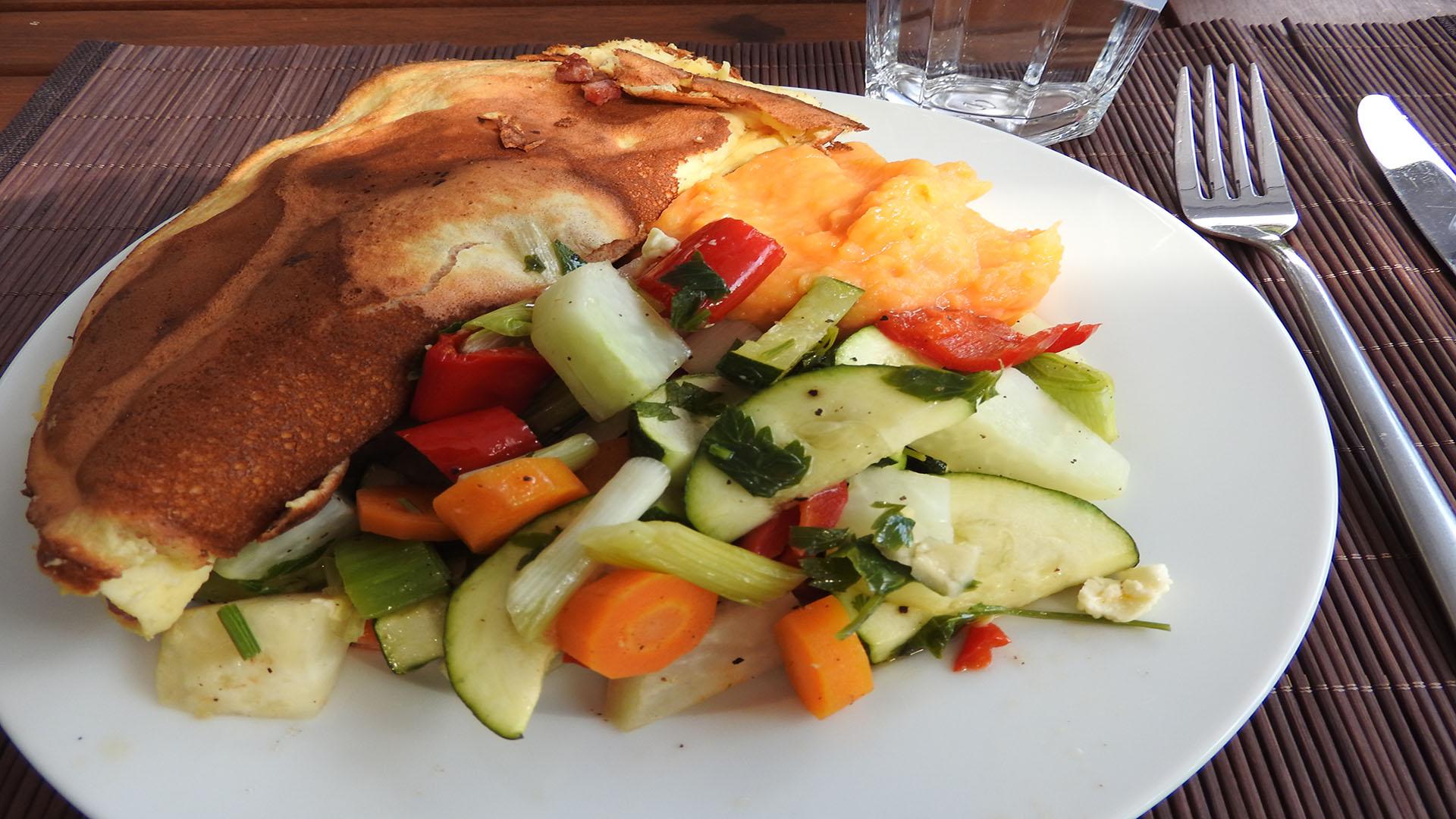 Omelett mit Backgemüse und Süßkartoffelbrei