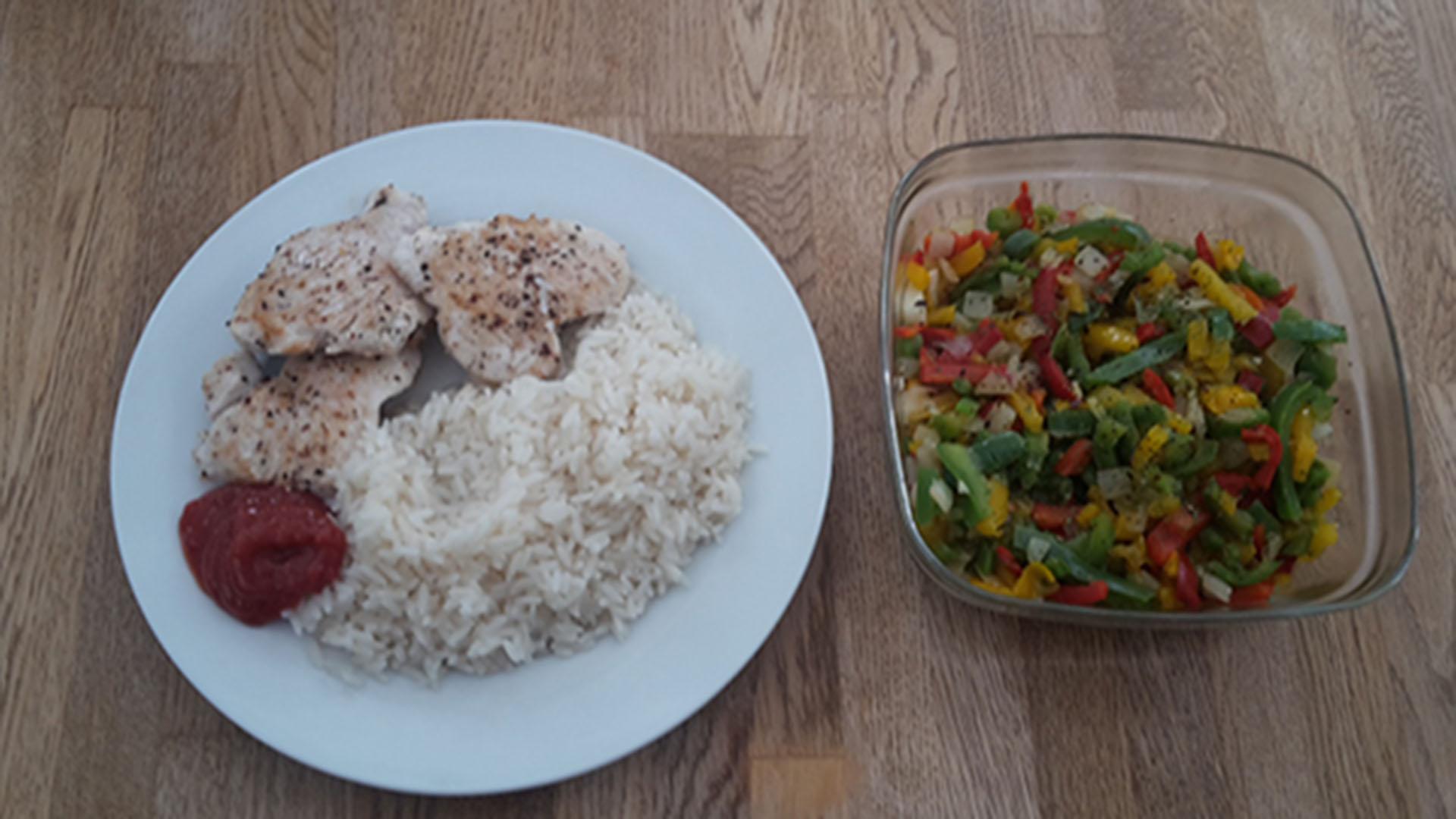 Paprika mit Hähnchen und Reis