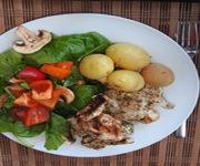 Putenfilet mit Spinatsalat und Kartoffeln