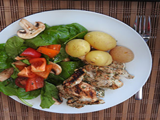 Putenfilet mit Kartoffeln und Spinatsalat