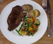 Rindersteak mit Kartoffeln und Gemüse