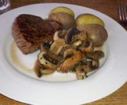 Rindersteak mit Kartoffeln und Pilzen