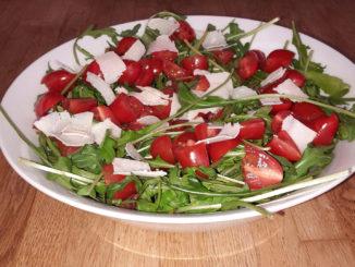 Rucola-Salat mit Tomate und Parmesan auf Kochen-verstehen.de