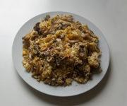 Rührei-Pfanne mit Pilzen und Reis