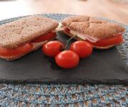 Schinken-Käse-Sandwich mit Tomate