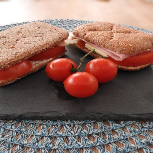 Schinken-Käse-Sandwich mit Tomate auf Kochen-verstehen.de