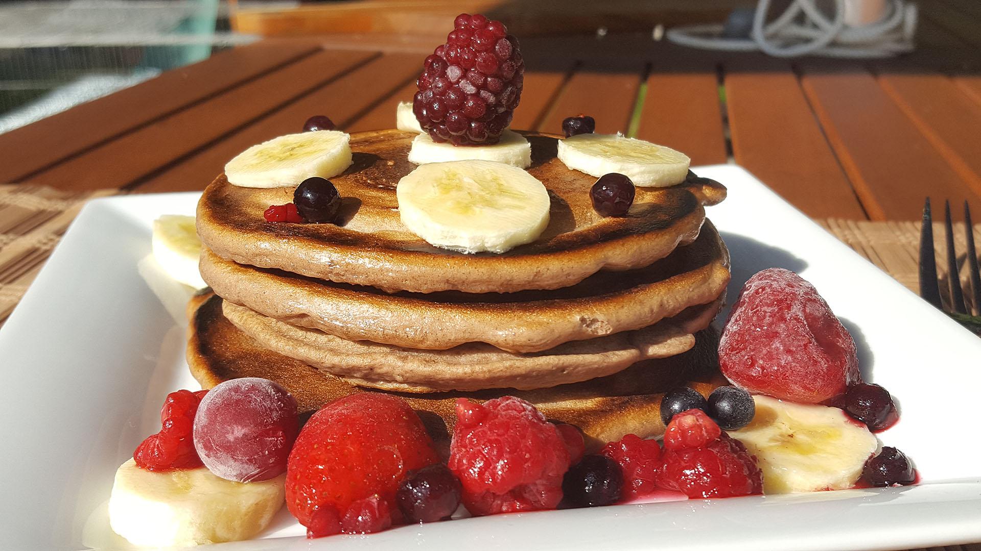 Schoko-Pancake mit Banane und Beeren auf Kochen-verstehen.de