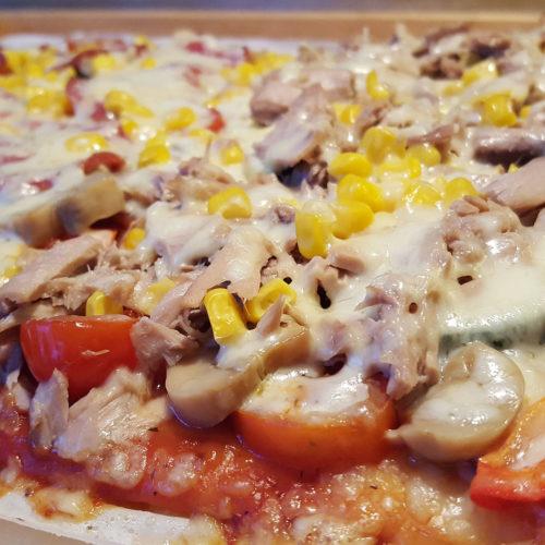 Selbstgemachte Pizza mit Tomatensauce auf Kochen-verstehen.de