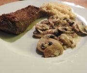Steak mit Reis in Pilzsauce