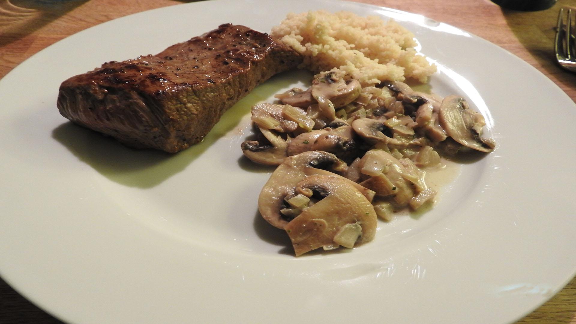 Steak mit Reis in Pilzsauce auf Kochen-verstehen.de
