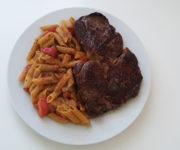 Steak mit Tomaten und Vollkornnudeln