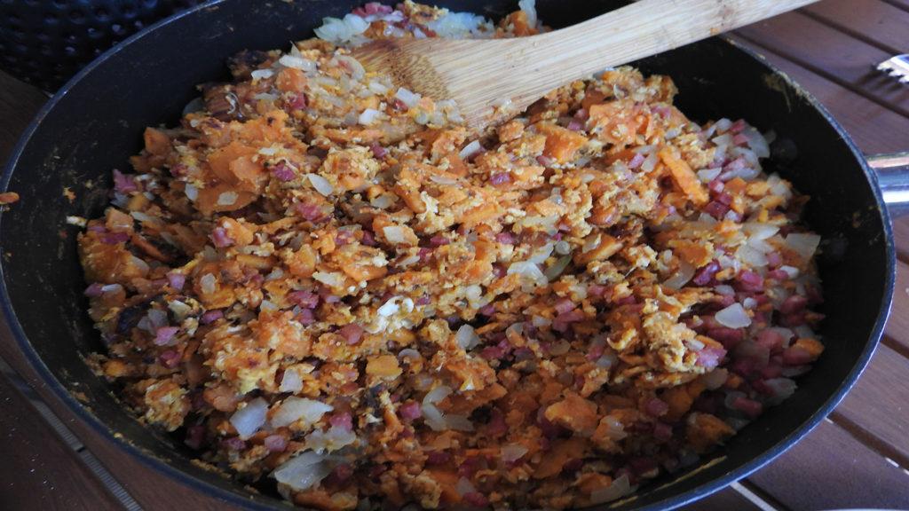 Süßkartoffelbrei mit Schinken und Ei auf Kochen-verstehen.de