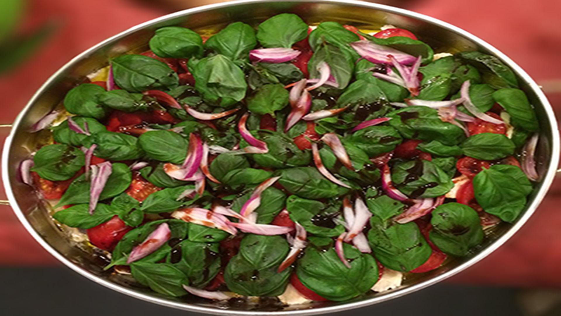 Tomaten-Mozzarella-Salat mit Zwiebeln
