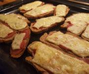 Überbackenes Brot mit Salami