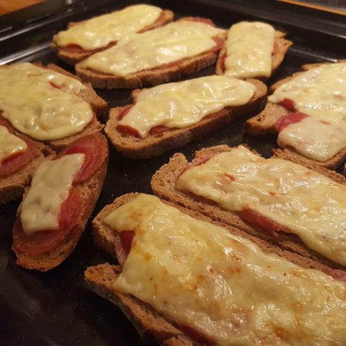 Überbackenes Brot mit Salami auf Kochen-verstehen.de