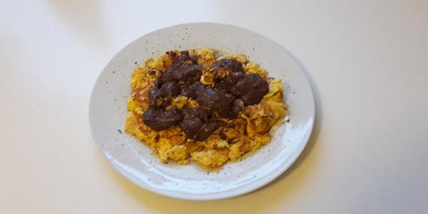 Vanille-Rührei mit Schokosauce