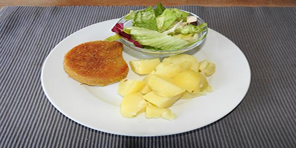 Veganes Schnitzel mit Salat und Kartoffeln