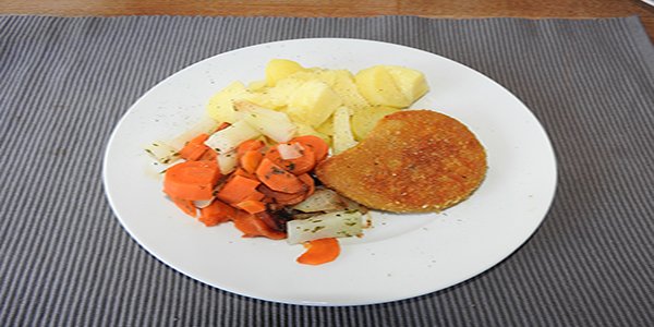 Veganes Schnitzel mit Kartoffeln und Gemüse