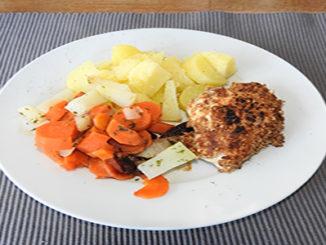 Vollkornschnitzel mit Möhren und Kartoffeln