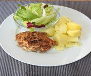 Vollkornschnitzel mit Kartoffeln und Salat