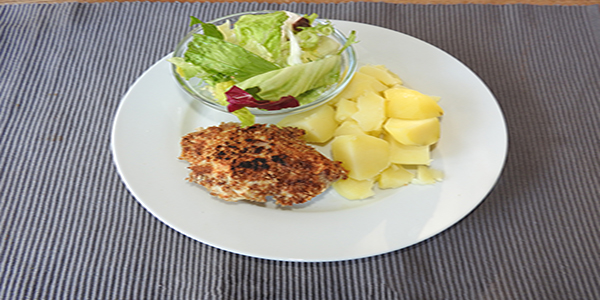 Vollkornschnitzel mit Salat und Kartoffeln